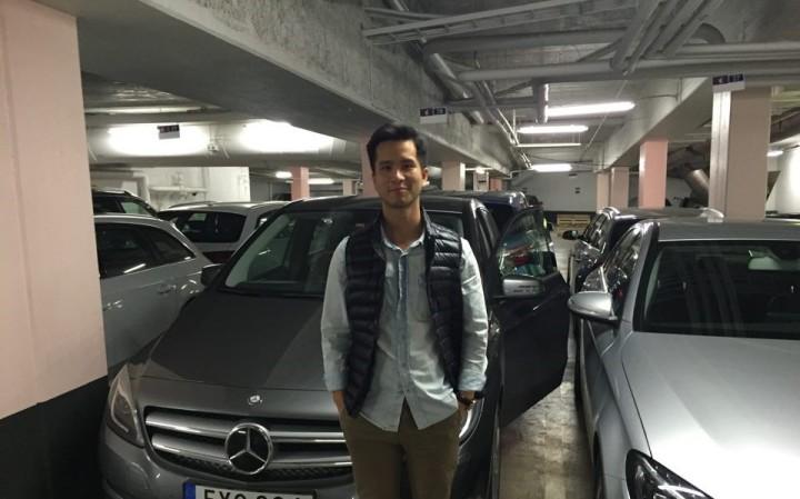 Donny posar med en Mercedes B-klass innan avfärd till Göteborg!